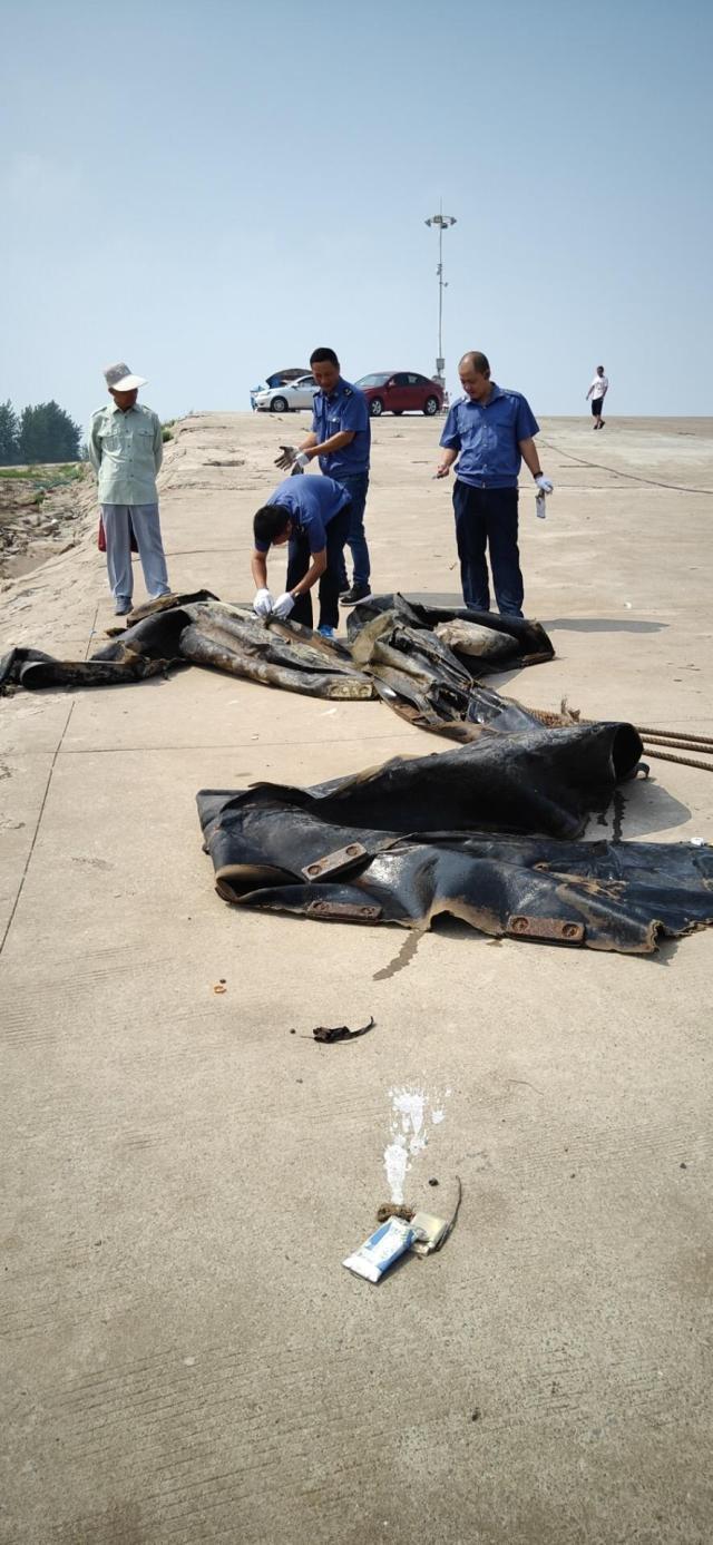 """""""三峡水怪""""被打捞上岸! 是造船厂废弃气囊"""