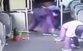3個小學生撿光一車垃圾 到站后默默下車