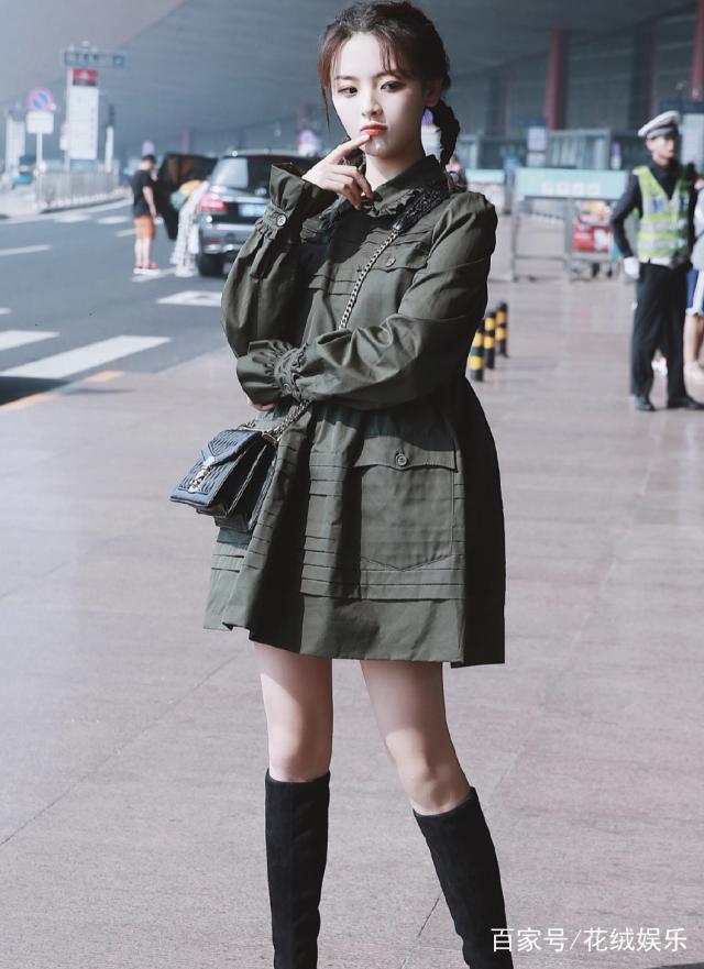 杨超越巴黎时装周  穿搭简约中不失洋气