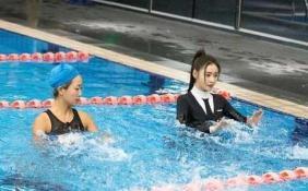 张天爱挑战桨板瑜伽 掉落水中捂脸咳嗽